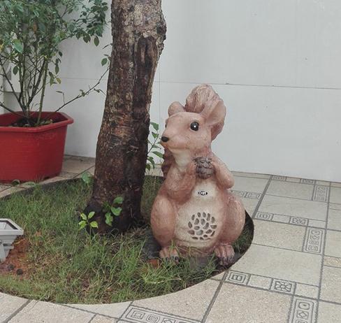 Loa sân vườn hình con sóc OBT 1804B độc đáo, đang yêu cho khung cảnh sân vườn